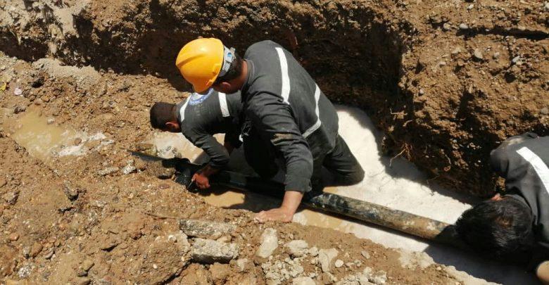 إصلاح خط المياه المغذي لحي الفلوجة بمدينة الرقة
