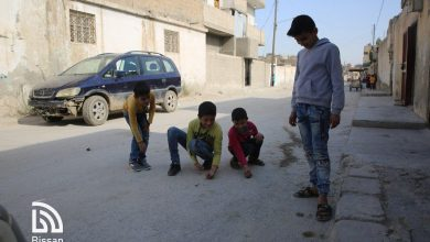 صورة لأطفال يلعبون الغلل في منطقة سيف الدولة بالرقة القديمة