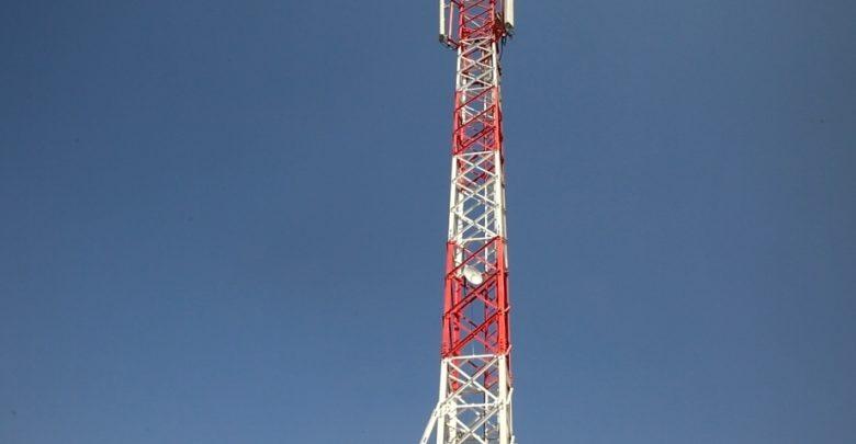 العمل على توصيل الكابل الضوئي مع الأبراج الرئيسية في الرقة