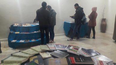 إقامة معرض لتبادل الكتب في الطبقة