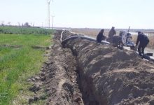 بلدية حوايج بو مصعة بدير الزور تشرف على تمديد خط مياه بطول ألفي متر
